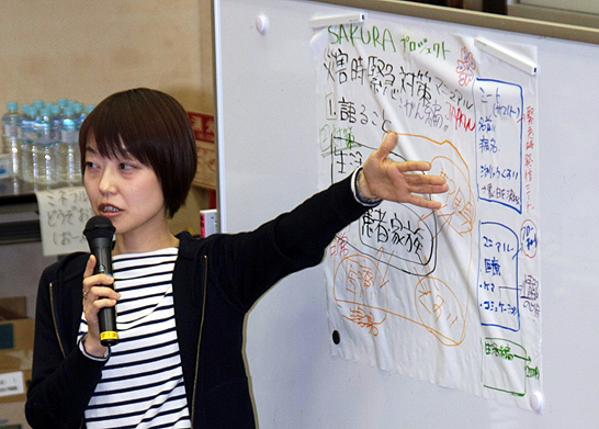 災害時緊急対応マニュアルのプロジェクトについて発表するTeam SAKURA代表の市川靖子さん